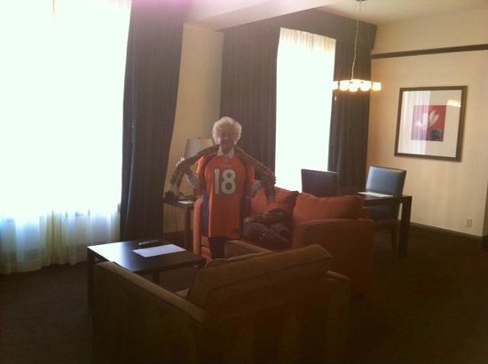 Magnolia Hotel Denver: We were upgraded to a nice suite.