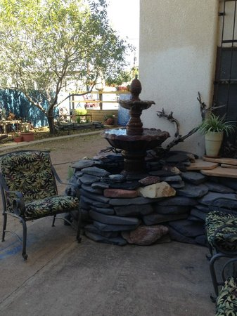 Avenue Hotel B&B : A little sitting area and fountain in our garden that now has a fireplace in the center