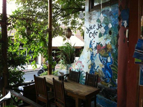 Juice Ja Cafe: Buiten zitten kan ook.