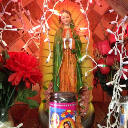 El Lugarcito Restaurant: Beautiful altar and other colorful pieces to give this place some ambiance
