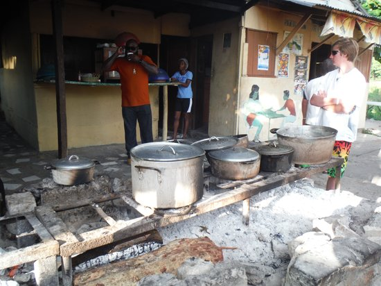 PPP Tran Tours Jamaica: Roadside eatery with great food!