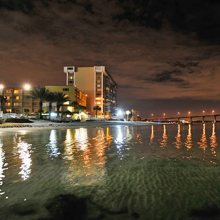 Quality Hotel On the Beach: Quality Beach Resort night scene