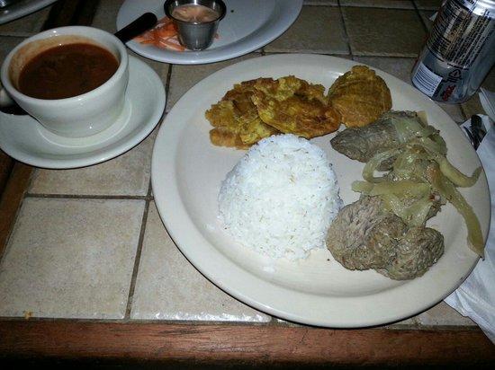 Cafe Puerto Rico: Biftec encebollado con arroz, habichuelas y tostones.
