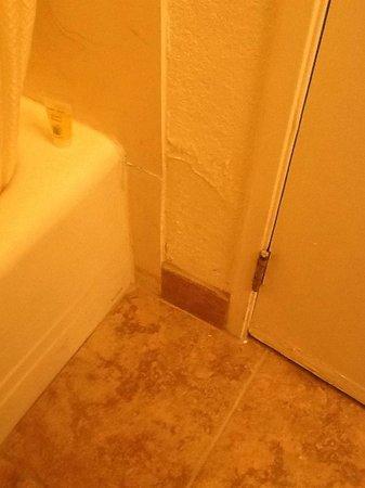 Desert Hot Springs Spa Hotel : Bathroom in need of maintenance