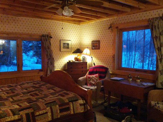 Blue Heron Bed & Breakfast: Our cozy room with lovely views of Farm Lake