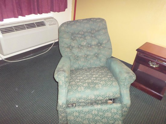 Quality Inn: BROKEN CHAIR
