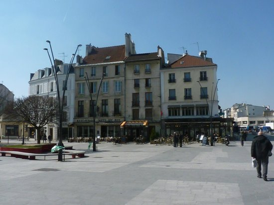 Le Khédive: a short walk across the square, the one on the right corner