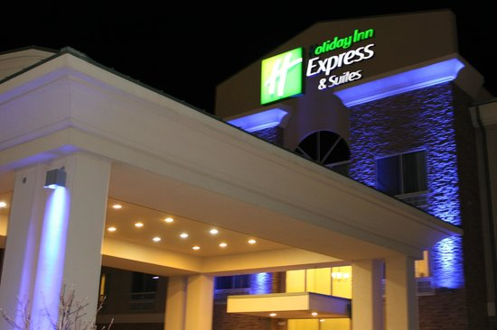 Holiday Inn Express Hotel & Suites Grants-Milan : Entrance at night