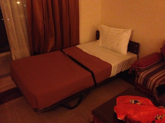 Hotel Holiday International Sharjah : Safety belt, no reading lamp, poor bedding