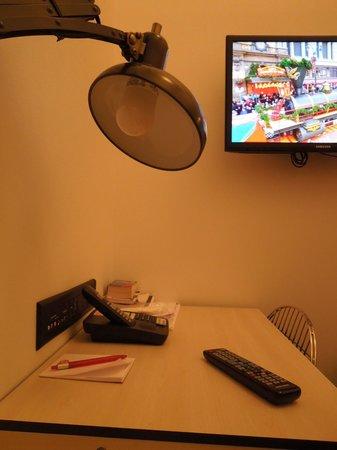 Pod 39 Hotel : Mesinha e TV