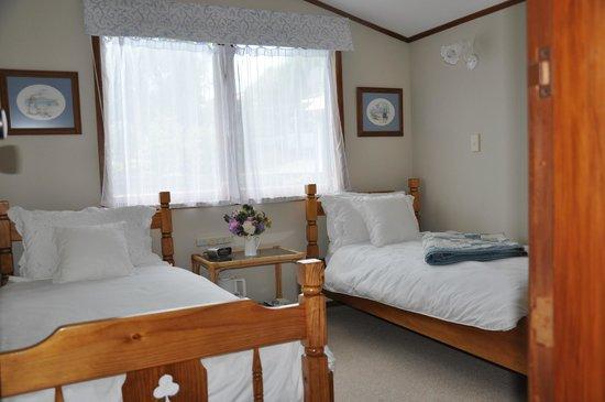 Harbinger House Bed and Breakfast: White Room