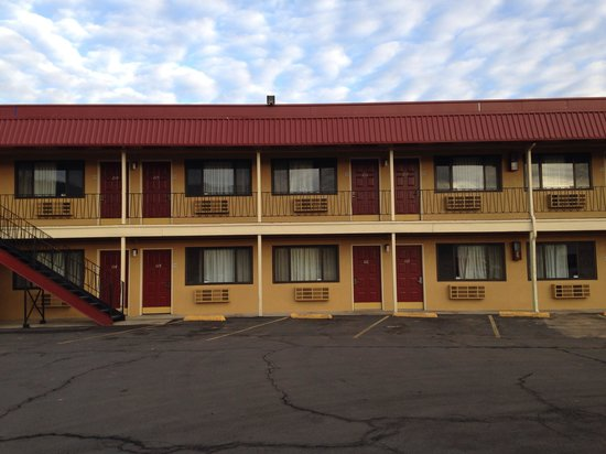 Ashland Rodeway Inn: Rooms on side building
