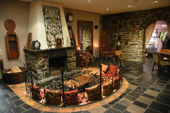 Hotel-Restaurant Perlenau: Vue sur le coin cheminée.