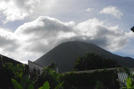 Hotel Bijagua : View of Arenal on a clear day from hotel