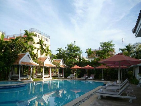Memoire d' Angkor Boutique Hotel: Pool area with extra large lounge swings