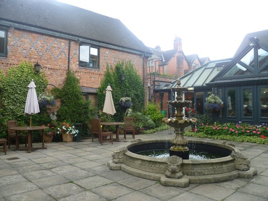Grosvenor Pulford Hotel & Spa : Our bedroom overlooking the courtyard