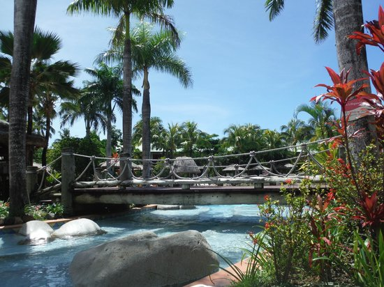 Outrigger Fiji Beach Resort: Pool bridge