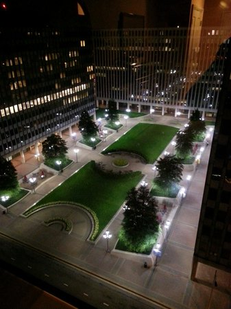 Crystal City Marriott at Reagan National Airport: Beautiful night time courtyard view from my window!