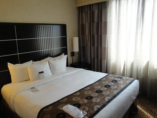 DoubleTree Suites by Hilton Minneapolis: bed