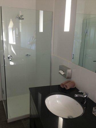 Kryal Castle Suites: Kryal Castle Shower & Sink