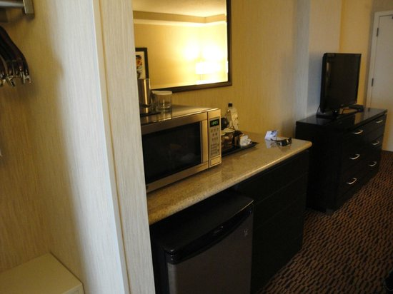 DoubleTree Suites by Hilton Minneapolis: microwave fridge area