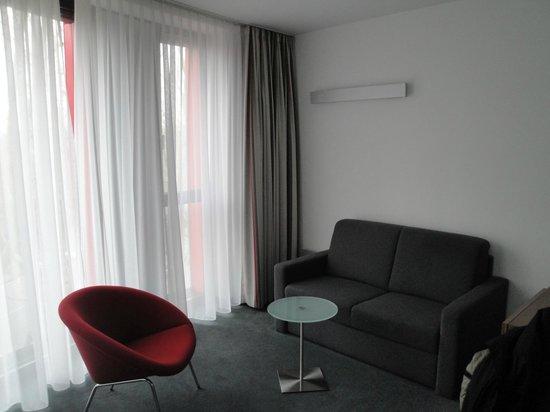 Hilton Garden Inn Stuttgart NeckarPark: sofa