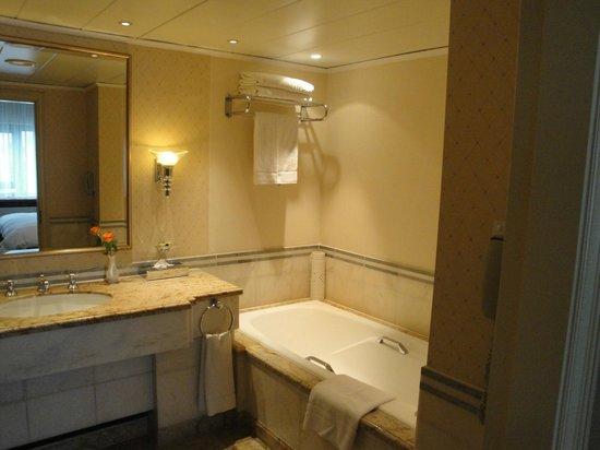 InterContinental Frankfurt: bathroom