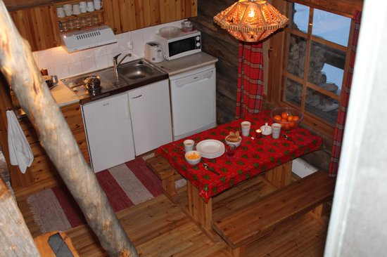 Saariselkä Inn Log Cabins: Cabin's kitchen diner
