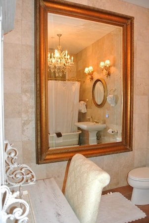 The Olde Savannah Inn: Bathroom...of your dreams