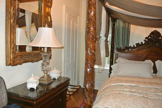 The Olde Savannah Inn: The renaissance Room