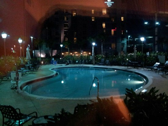 Hilton Garden Inn Tampa Airport Westshore: Swimming pool at night