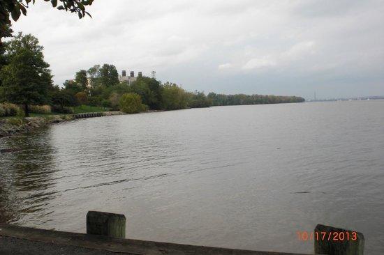 Sheraton Suites Old Town Alexandria: Public Park along Potomac