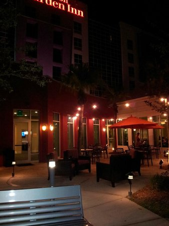 Hilton Garden Inn Tampa Airport Westshore: Outside of hotel at night