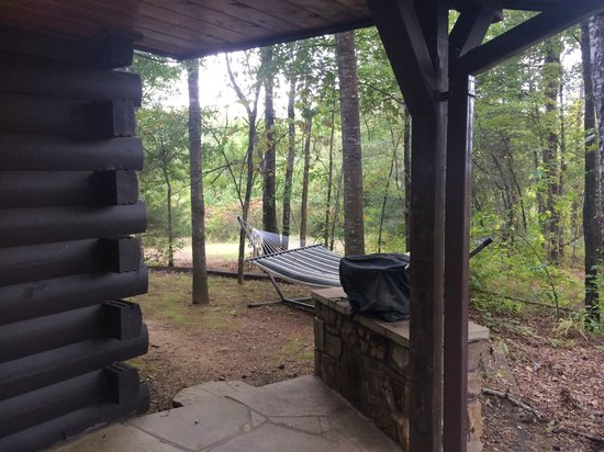 Eagle Creek Escape Guest Cottages : grill and hammock