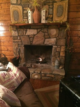 Eagle Creek Escape Guest Cottages : The stunning fireplace