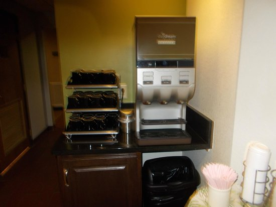 Sleep Inn & Suites Lakeside: Coffee station with real mugs