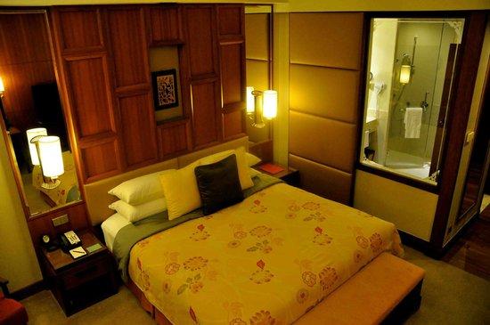 Shangri-La Hotel, Chiang Mai: Sliding privacy panel separating bathroom and bedroom