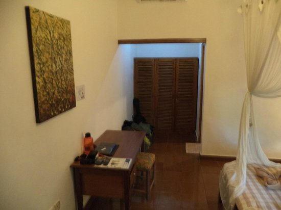Cafe Locca Homestay: desk plus a good cupboard