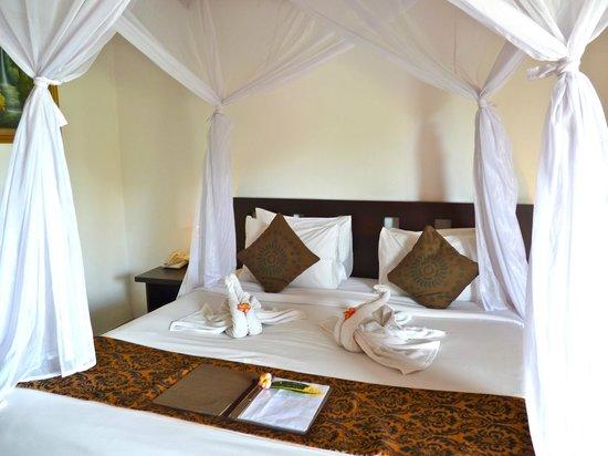 Saren Indah Hotel: Romantic bed