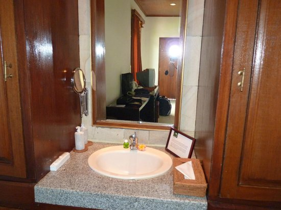 Saren Indah Hotel: Separate sink and wash area in the room