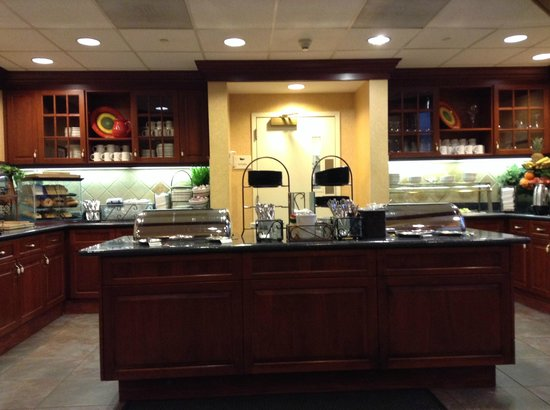 Homewood Suites by Hilton Edgewater - NYC Area: レストランのビュッフェエリア (Restaurant's buffet)