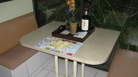 Suite Dreams Inn by the beach: Kitchenette table with sliding glass doors - nice!