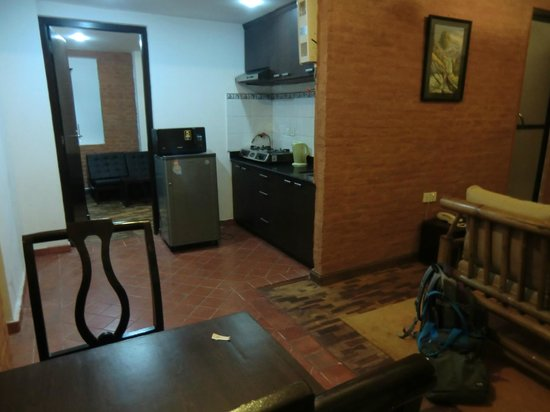 Gaju Suite Hotel : dinning room and kitchenette