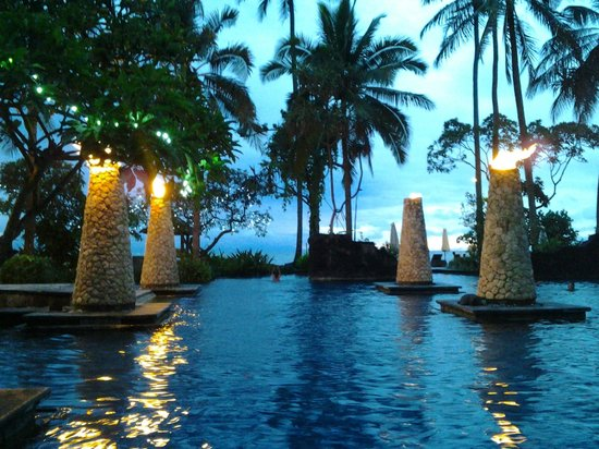 Sheraton Senggigi Beach Resort : Pool view in the evening with flambeau