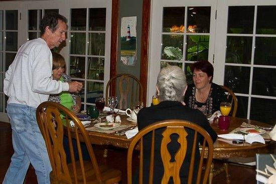 Blue Heron Inn: Bill serving breakfast