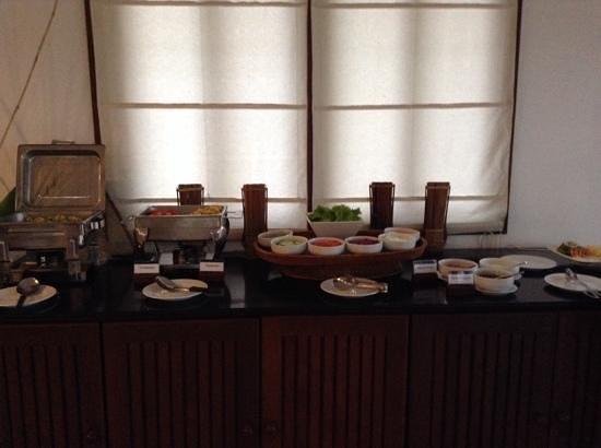 Riverside Boutique Resort: breakfast buffet
