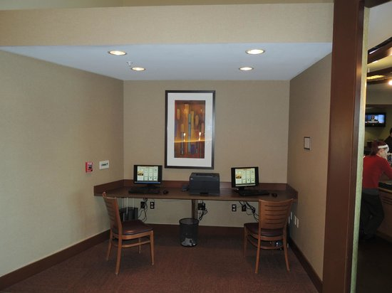 Hyatt Place Phoenix/Gilbert: Computer are in lobby