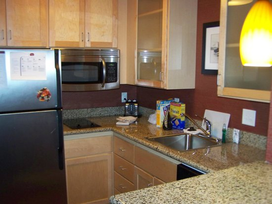 Residence Inn Minneapolis Plymouth : Kitchen