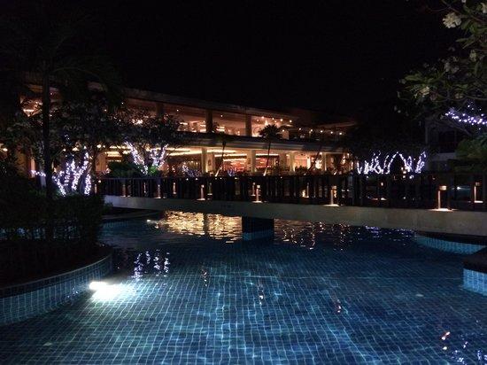 Sheraton Hua Hin Resort & Spa: pool by night