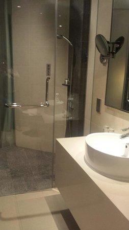 Wangz Hotel: Clean bathrooms.